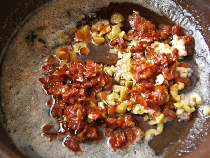Rozpustíme máslo s olejem z rajčat,přidáme všechny suroviny na marinádu a dobře promícháme