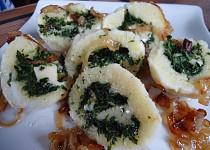 Bramborové knedlíky se sýrem a špenátem