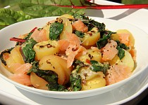 Bramborový salát s mangoldem a lososem