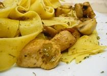 Pappardelle s bazalkovým pestem, kuřecím masem a prošutem