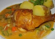Pečená kuřecí stehna  s jemnou omáčkou z pórku, mrkve a cukety