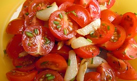 Rajčatový salát s teplým česnekem