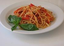 Špagety s pečenou paprikou, rajčaty a fenyklem