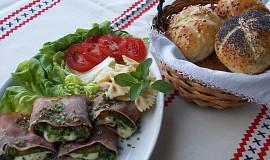 Šunkové závitky s lilkem, salátem a mozzarellou