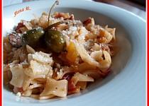 Těstoviny s cuketou, sušenými rajčaty a kapary