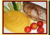 Bylinkový pstruh s mrkvovým krémem - dělená strava (zvířátka)