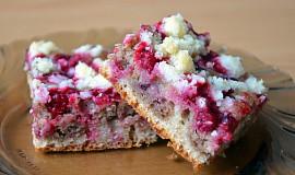 Celozrnný vláčný dvoubarevný koláč s ovocem a drobenkou