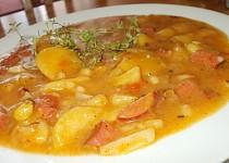 Gulášek z cukety, patizonu, rajčat, brambor a uzeniny