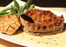 Rib eye steak s omáčkou z pečeného česneku (medium - medium rare)