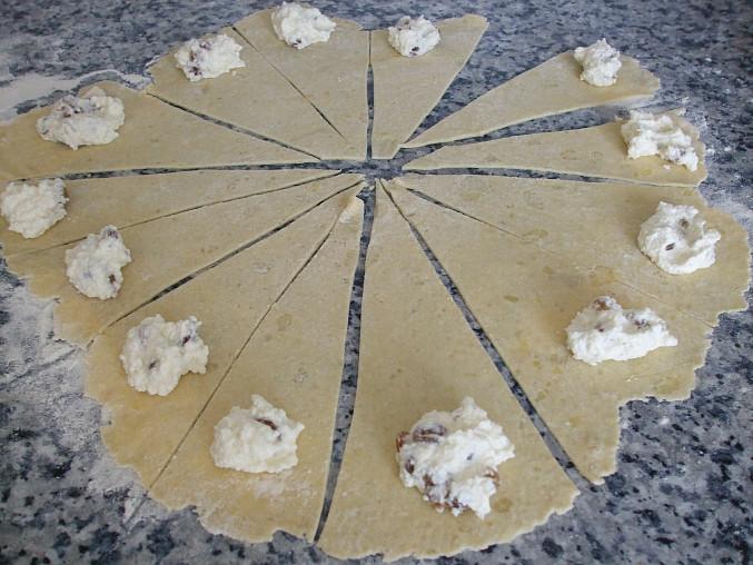 Rohlíčky plněné tvarohem a povidly kynuté za studena (v lednici)