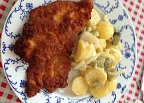 Studený bramborový salát s cibulí a kyselými okurkami