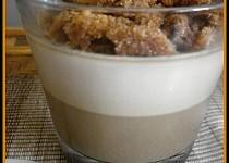 Svařená kávová smetana s rozdrobenými karamelovými sušenkami