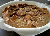 Celozrnný koláč s tvarohem, švestkami a ořechy