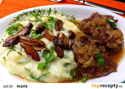 Hovězí kližka na cibuli s houbovou bramborovou kaší