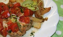Kuřecí plátky s rajčaty a ančovičkovým máslem v alobalu