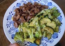 Kuřecí srdíčka s brokolicí a cuketou