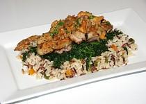 Kuřecí stehenní řízky s liškami na špenátu a rýži tří barev
