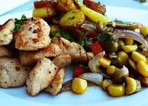 Máslové kuřecí s kukuřicí, hráškem a olivami