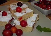 Perníková bublanina s  červenými mirabelkami  (špendlíky) a jablky