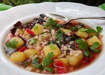 Polévka z červeného mangoldu s kroupami a bramborem