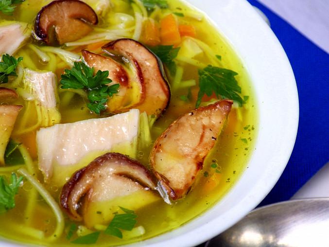 Slepičí polévka se zázvorem a hříbky
