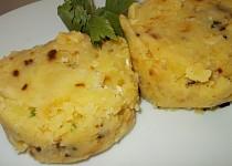 Šťouchané brambory s cibulkou a smetanou