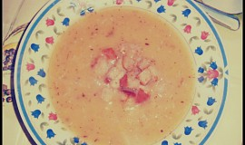 Hrachová polévka ze žlutého hráchu s chlebovými kostičkami