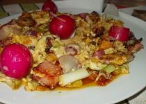 Míchaná vejce se sušenými rajčátky  a  ředkvičkami