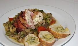 Na zelenině pečená, kozím sýrem plněná, kuřecí prsa