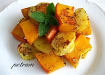 Pečená dýně hokkaidó s bramborami na bylinkách