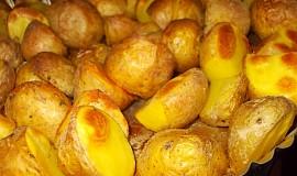 Pečené brambory s bylinkami, uzenou paprikou a pivem
