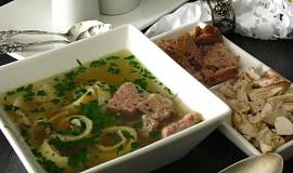 Slavnostní polévka z nadívané slepice