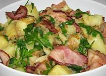 Teplý salát z brambor, slaniny a rukoly