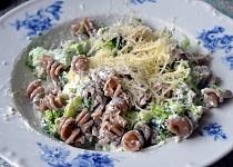Těstoviny s medovým tvarohem a brokolicí