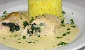 Zapečené, smetanové kuřecí závitky se špenátem a šafránovou rýží