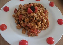 Cizrna s těstovinovou rýží na rajčatech