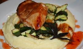 Kuřecí prsa v chilli marinádě s česnekovou cuketou a bramborovo-bylinkovou kaší