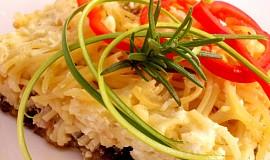 Pekáček s brynzou, lilkem, uzeným masem a špagetami
