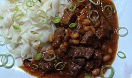 Pikantní guláš z hovězí kližky s fazolemi