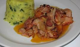 Přírodní drůbeží na cibuli a slanině se šťouchanými brambory