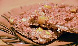 Zdravý celozrnný koláč s jablky a ořechovou posypkou