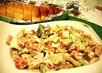 Zeleninový salát s vajíčkem a bylinkovou bagetkou