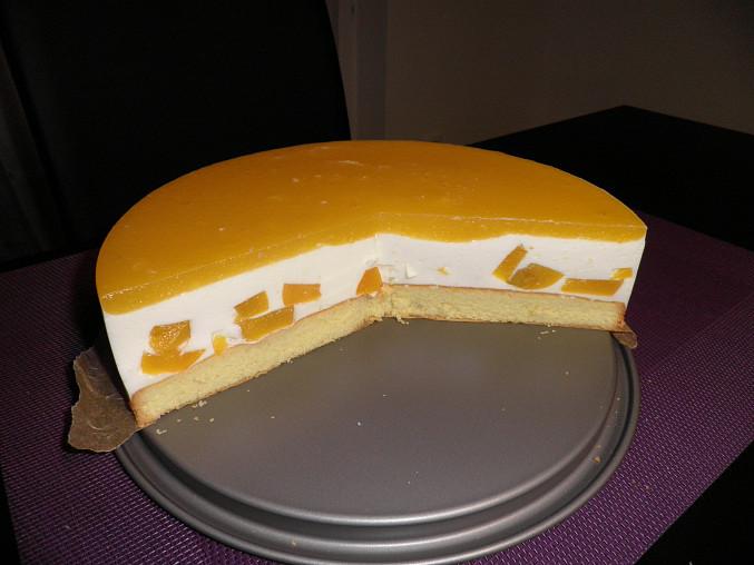 broskové řezy v dortové formě