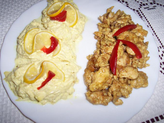 celerový salát s kuřecím masíčkem
