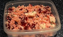 Červená řepa s kuřecím masem, česnekem a kuskusem