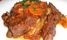 Daub de boeuf (dušené hovězí maso s červeným vínem, česnekem a tymiánem)