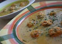 Hrachová polévka s pečenými kuřecími kuličkami