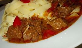 Pálivý guláš  z hovězího krku na barevných paprikách a chilli papričkách  - dnes podle  manžela