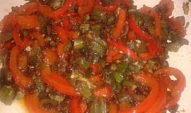 Smažená okra s cibulí a červenou paprikou