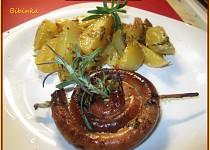 Zapečená vinná klobása s rozmarýnem, tymiánem a bramborami v jednom pekáči, zalité smetanou